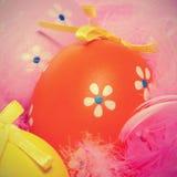 复活节彩蛋和羽毛 免版税图库摄影