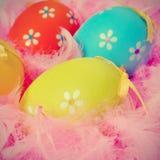 复活节彩蛋和羽毛 免版税库存照片