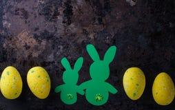复活节彩蛋和逗人喜爱的bunny& x27; s 免版税库存照片