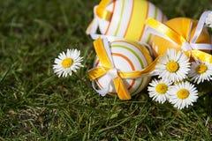 复活节彩蛋和雏菊 免版税库存照片