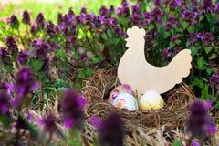 复活节彩蛋和鸡 免版税图库摄影