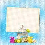 复活节彩蛋和滑稽的兔宝宝在抽象背景 免版税库存图片