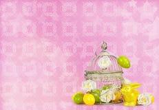 复活节彩蛋和滑稽的兔宝宝在抽象背景 免版税库存照片
