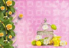 复活节彩蛋和滑稽的兔宝宝在抽象背景 图库摄影