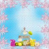 复活节彩蛋和滑稽的兔宝宝在蓝色背景 免版税图库摄影