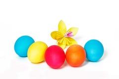复活节彩蛋和黄色纸花 图库摄影