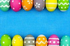 复活节彩蛋在蓝色粗麻布背景的双边界 免版税图库摄影