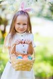 复活节彩蛋女孩一点 免版税库存照片