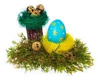 复活节彩蛋手画多彩多姿在鸟巢,森林青苔, 图库摄影