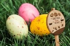 复活节彩蛋狩猎标志的综合图象 免版税库存图片