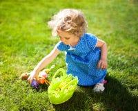复活节彩蛋狩猎的小女孩 免版税库存图片