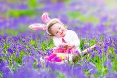 复活节彩蛋狩猎的小女孩 免版税库存照片