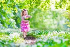 复活节彩蛋狩猎的小女孩 免版税图库摄影