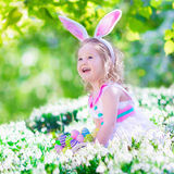 复活节彩蛋狩猎的小女孩 库存照片