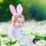 复活节彩蛋狩猎的小女孩 库存图片