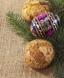 复活节彩蛋用松饼和树枝在袋装 免版税库存照片