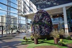 复活节彩蛋由新春天紫罗兰做成 免版税库存图片