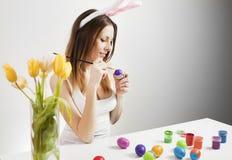 绘复活节彩蛋的女孩 库存图片