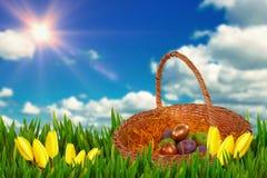 复活节彩蛋的综合图象在纸巢篮子的 库存图片