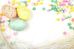 复活节彩蛋秸杆构成的背景 库存图片