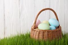 复活节彩蛋篮子在草草甸 库存图片