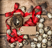 复活节彩蛋红色丝带弓标记葡萄酒假日装饰 免版税库存图片