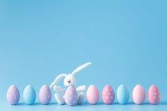 复活节彩蛋连续,在蓝色背景 免版税库存图片