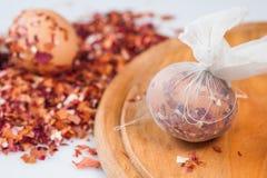 复活节彩蛋,与葱果皮的特别技术 免版税库存图片