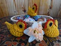 复活节彩蛋,小鸡,春天开花黄水仙 库存图片