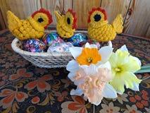 复活节彩蛋,小鸡,春天开花黄水仙 免版税库存图片