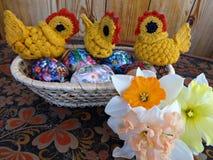 复活节彩蛋,小鸡,春天开花黄水仙 免版税图库摄影