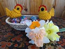 复活节彩蛋,小鸡,春天开花黄水仙 免版税库存照片