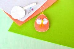 复活节彩蛋,毛毡,别针,纸模板-缝合的集合复活节彩蛋 免版税图库摄影