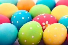 复活节彩蛋 在白色木书桌选择聚焦的五颜六色的复活节彩蛋 顶视图,水平 免版税库存图片