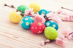 复活节彩蛋 在白色木书桌选择聚焦的五颜六色的复活节彩蛋 顶视图,水平 免版税图库摄影
