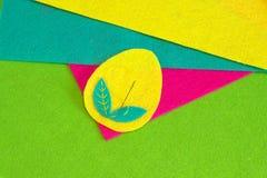 复活节彩蛋仿造工艺 如何缝合复活节彩蛋装饰品 容易的缝合的工艺 步骤 被设置的五颜六色的毛毡片断 免版税库存图片