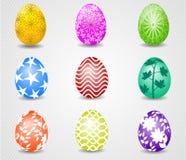 复活节快乐用在草和花的鸡蛋 免版税图库摄影