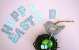 复活节快乐-在巢的鸟 库存照片