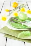 复活节或春天与黄水仙的桌设置 免版税库存图片