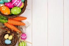 复活节或春天装饰在白色木头的边边界 库存图片