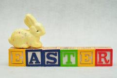复活节拼写了与字母表块和一个黄色兔宝宝 库存照片