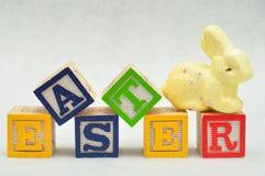 复活节拼写了与字母表块和一个黄色兔宝宝 图库摄影