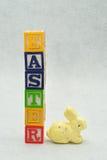 复活节拼写了与字母表块和一个黄色兔宝宝 库存图片