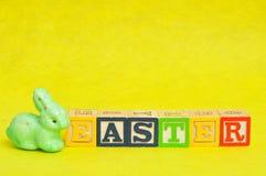 复活节拼写了与字母表块和一个绿色兔宝宝 库存照片