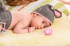 复活节新出生的婴孩 免版税库存照片