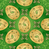 复活节无缝的绿色样式用金黄鸡蛋 库存照片