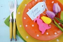 复活节明亮的颜色橙色,黄色和绿色圆点题材桌餐位餐具 库存照片