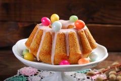 复活节杏仁在木桌上的圆环蛋糕 免版税库存照片