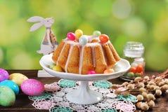 复活节杏仁在木桌上的圆环蛋糕 库存照片