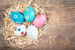 复活节构成用在木背景的五颜六色的鸡蛋与 图库摄影